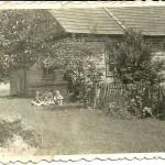 Dom Tarłowskich. Lata 50-e XX wieku. Na zdjęciu Ewa Tarłowska, Magda i Jerzy Pomorscy. Fot. Bolesław Tarłowski