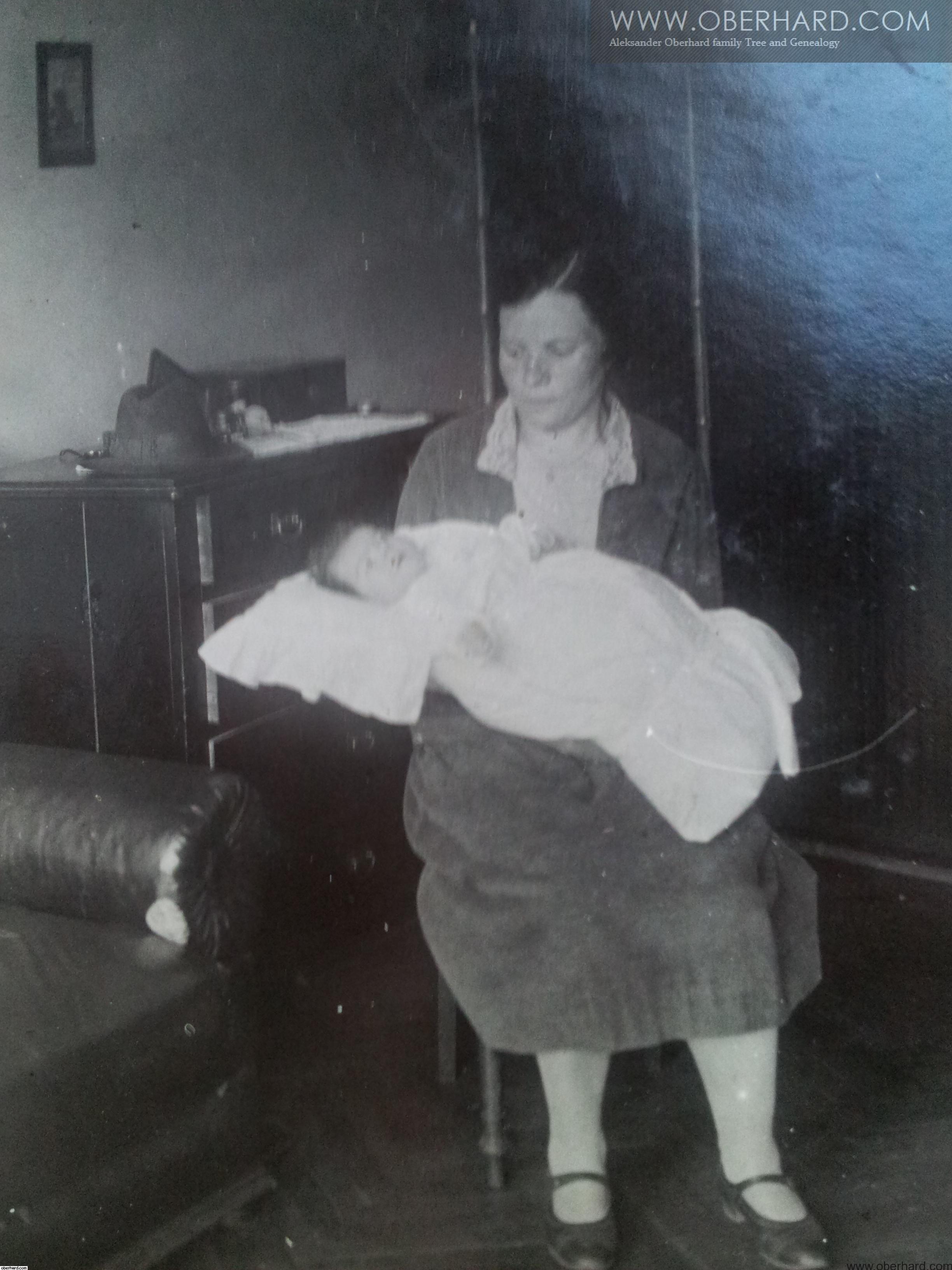 IRENA WOŁOSOWICZ z Franciszką ( 3 miesiące) 1928r. Warszawa mieszkanie przy Rakowieckiej.