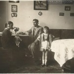 (Foto. nr. 1) Rok 1933. Nowe radio w rodzinie Wołosowicz.