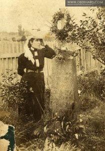 MIrosława Woszczerowicz (z d. Tarasewicz) przy grobie Ojca.
